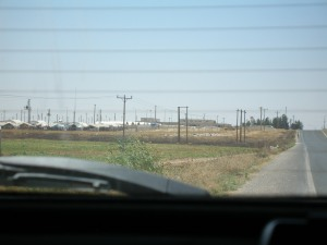 The road past the front of Turkey's Akcakale camp for Syrian refugees (DD)